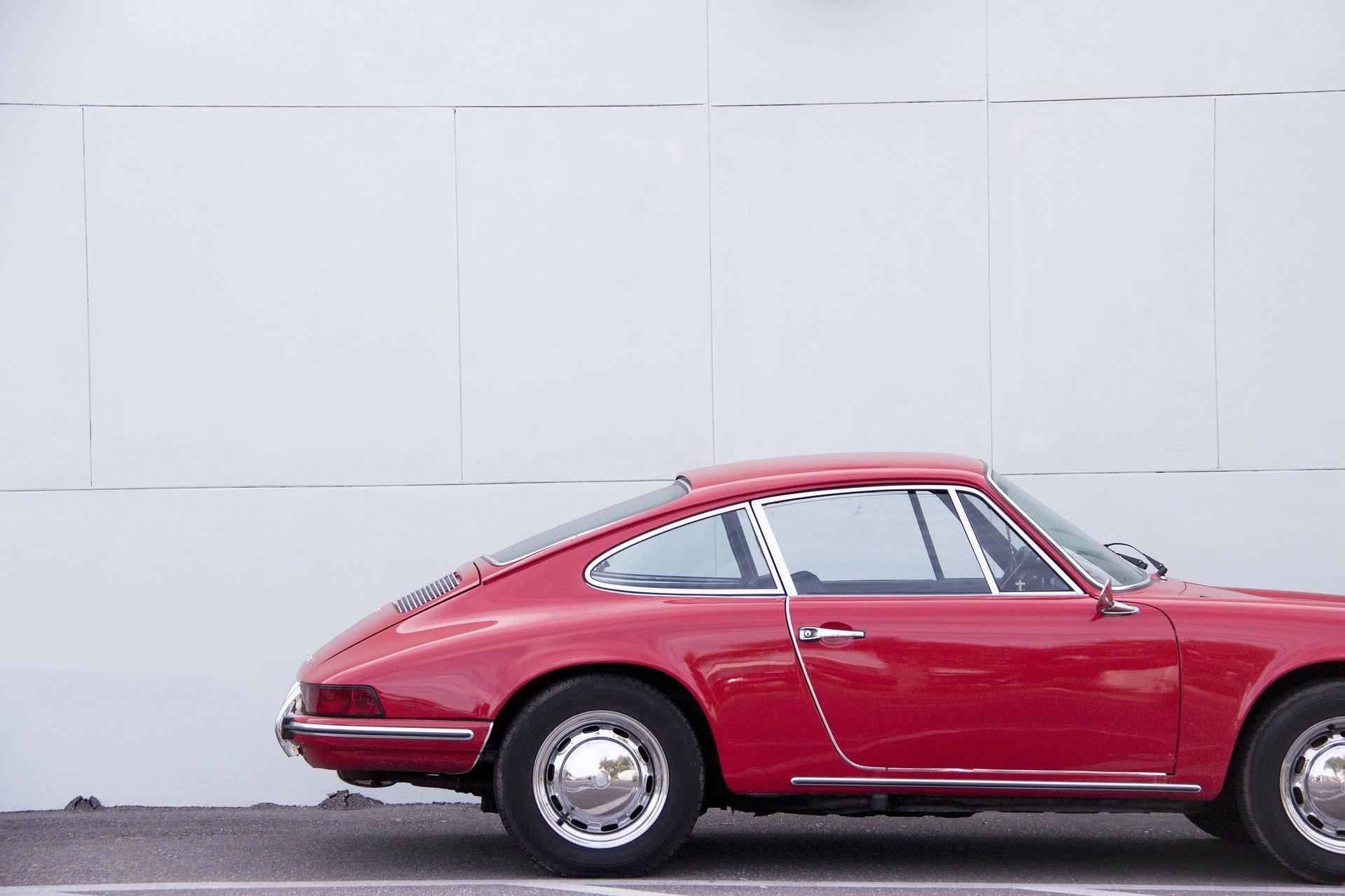 Rotes Auto von der Seite